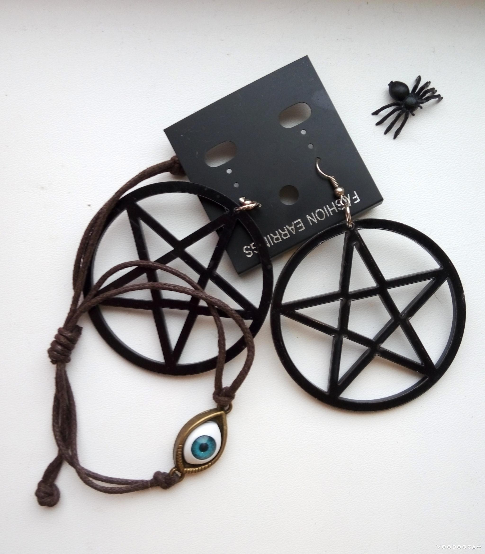 Серьги с пентаграммами и браслет с глазом